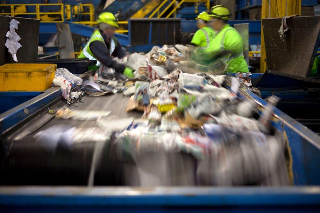Bottigliette di plastica: accartocciarle non aiuta il riciclo,  ecco come schiacciarle