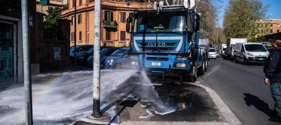 Coronavirus: idranti della Polizia per sanificare le strade
