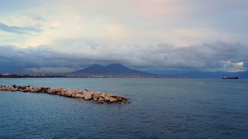 Il Vesuvio, vulcano partenopeo.