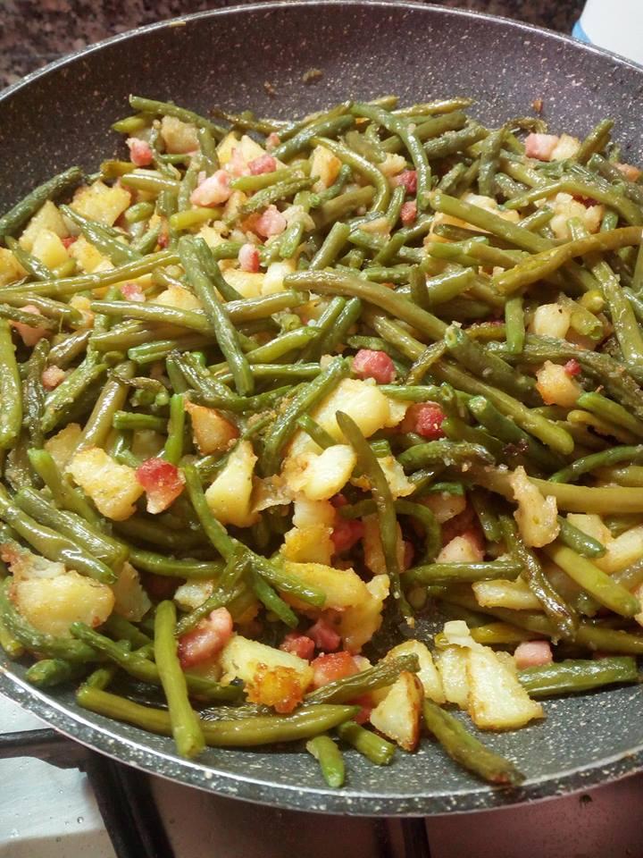 Fagiolini, in padella con patate, pancetta, pangrattato.
